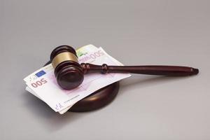 Richter Hammer und Euro Banknoten auf grau isoliert foto