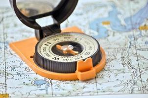 Kompass auf der Karte. foto