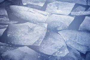 dünnes Eis auf dem Fluss foto