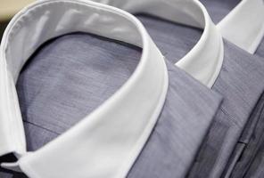 Herrenhemden mit weißen Kragen foto
