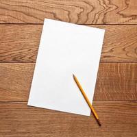 Bleistift und Papier auf dem Tisch foto