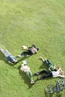 Studenten auf dem Rasen liegen foto