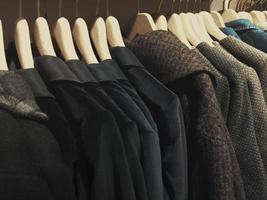 Kleidung auf Kleiderbügel foto