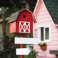 leerer Wegweiser mit einem kleinen Haus oben foto
