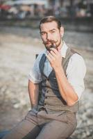 hübscher großer Schnurrbart-Hipster-Mann foto