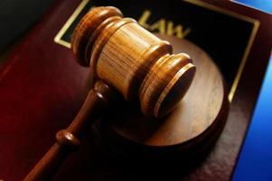 Gesetzbuch und Hammer foto