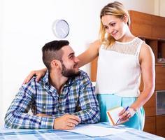 junges Paar mit Papieren foto