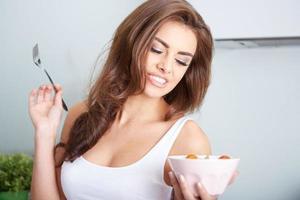 Frau isst einen Salat in der Schüssel foto