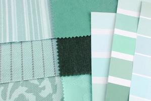 Auswahl an Wandteppichen und Polsterfarben