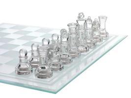 beschnittenes Bild der glänzenden Schachfigur foto