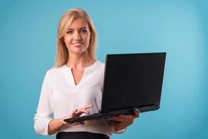 schöne Blondine mit weißer Bluse foto