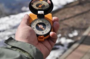 der Kompass in seiner Hand. foto