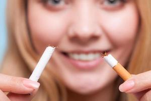 Sucht. Mädchen, das Zigarette bricht. mit dem Rauchen aufhören. foto