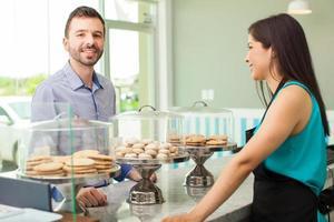 Mann, der Kekse in einem Hinterhof kauft foto