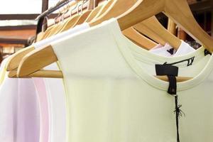 T-Shirts auf Kleiderbügeln schließen foto