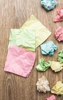 zerknitterte Papierbündel mit leerem Papier