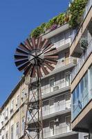 Windkraftanlage und ein Haus in Neapel