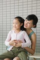 Mutter und Tochter umarmen sich foto