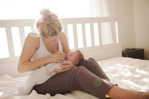 Reinigung der Nase des Babys foto