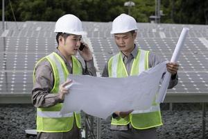 Zwei asiatische Wirtschaftsingenieure arbeiten. foto