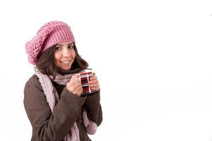 Frau trinkt heißes Getränk foto
