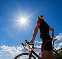 Radfahrer ruhen und trinken isotonisches Getränk.