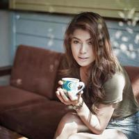 Frau trinkt Kaffee foto