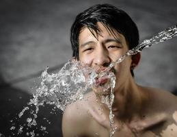 Mann Trinkwasser foto