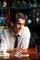 Barkeeper mit Getränk foto