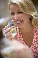 Frau trinkt Wein foto