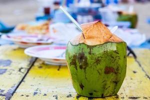Kokoswasser trinken. foto
