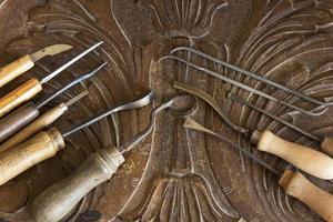 Werkzeuge zum Schnitzen auf einer geschnitzten Planke