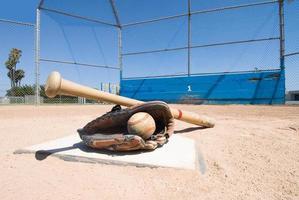 Baseballausrüstung auf Home Plate foto