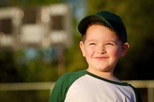 Porträt des Kinder-Baseballspielers auf dem Feld foto