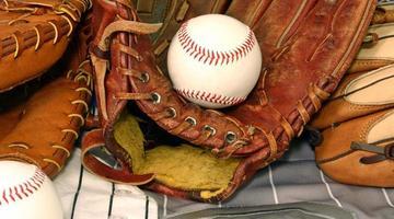 Baseballausrüstung auf zwei Trikots. foto