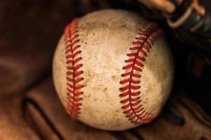 Baseballhandschuh mit einem Ball foto