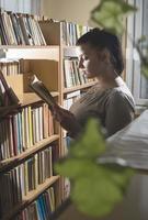 junge Frauen in einer Vintage-Bibliothek