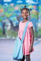 glückliche afroamerikanische Studentin im Grundschulhof foto