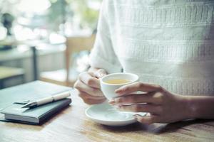 Frau trinkt Tee