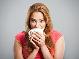 Frau trinkt Tee foto
