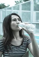 Mädchen Trinkwasser foto