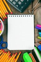 Notizbuch und Schulwerkzeuge herum. foto