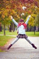 Schulmädchen springen foto