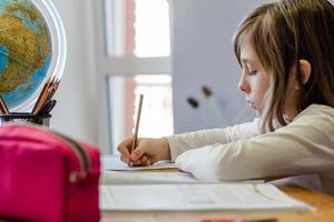 Mädchen macht Hausaufgaben foto