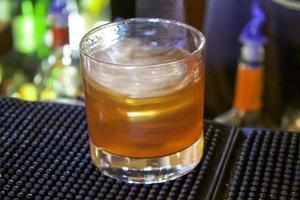 Löffel alkoholisches Getränk mischen foto