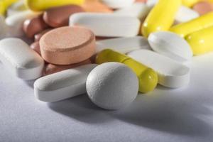 Stapel von verschiedenen bunten Pillen foto