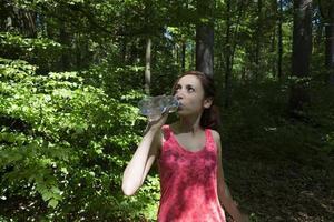 Sportfrau Trinkwasser foto