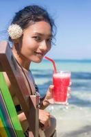 Frauen entspannen sich mit einem Drink foto