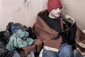 Obdachlose trinken billigen Wein