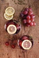 Sommergetränk mit roten Trauben